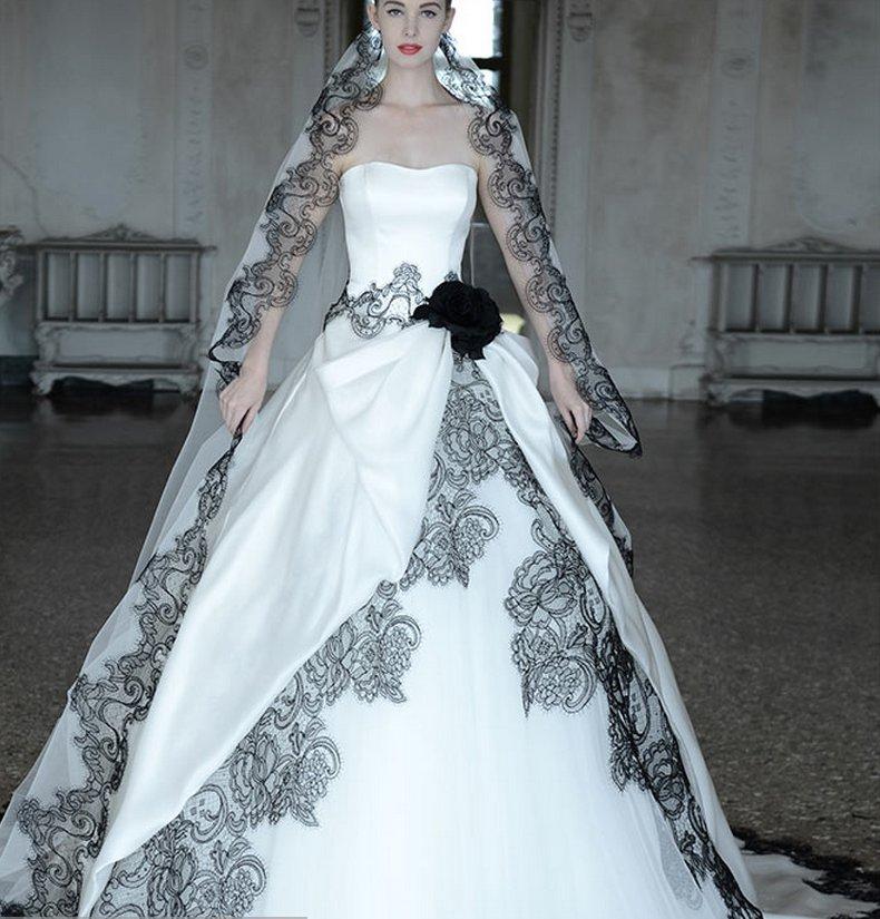 Форма платья тоже продолжает тенденции последних лет. Надо заметить, что из моды практически вышли платья с использованием так называемых колец и множества