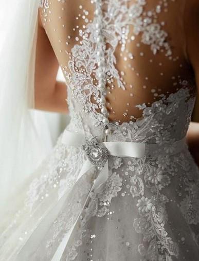 В моду снова вернулись короткие свадебные платья. Особенно они подходят для невест, которые имеют красивые стройные ноги. Не бойтесь таких платьев