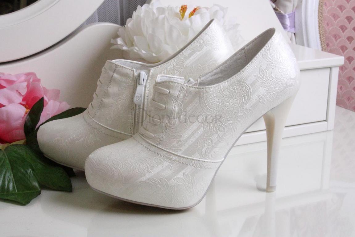 Часто невесты для свадьбы приобретают две пары туфель - одну на высоком каблуке для торжественной церемонии и вторую пару для прогулки и свадебного банкета